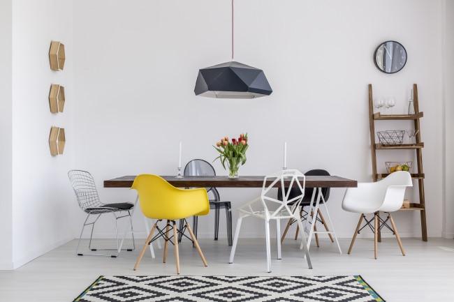 Không nhất thiết phải sử dụng bàn ghế đồng bộ. Bạn có thể chọn nhiều chiếc ghế khác nhau cho phòng ăn thêm đa dạng.