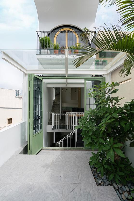 Sự lùi lại của 3 tầng nhà phía trên đã tạo ra một không gian làm sân vườn ở mái tầng 3.