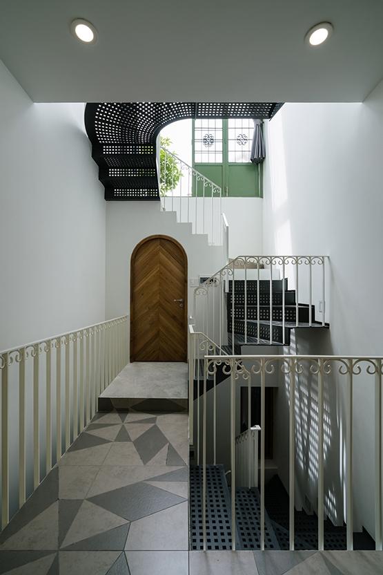 Do diện tích sàn mỗi tầng chỉ 36 m2 nên thông tầng chính ở giữa chỉ được phép chiếm một phần diện tích nhỏ, khoảng 9m2.