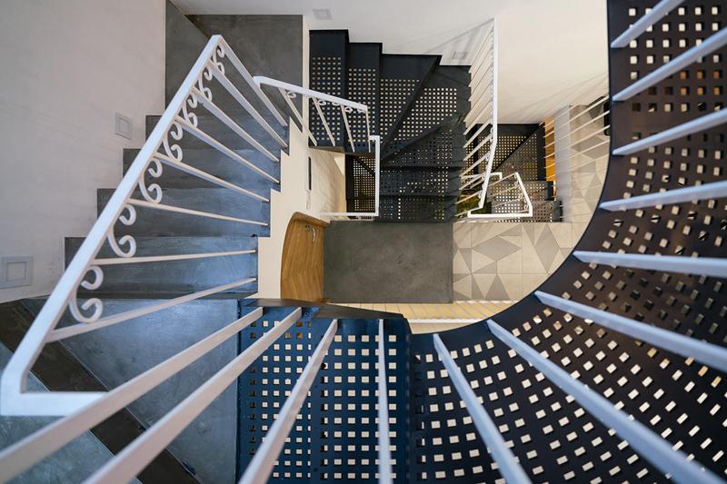Cầu thang thay đổi linh hoạt theo cao độ và vị trí tương ứng giữa các sàn, nương theo chiều xiên của lõi thông tầng. Thân thang, mặt bậc sử dụng vật liệu có khả năng xuyên sáng một phần, cho phép ánh sáng len lỏi, tạo ra hiệu ứng bóng đổ lên những bề mặt xung quanh.