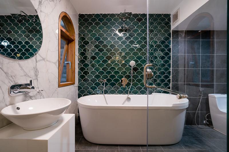 Dù diện tích đất chật hẹp, ngôi nhà vẫn bố trí được một phòng tắm rộng rãi với bồn tắm nằm.