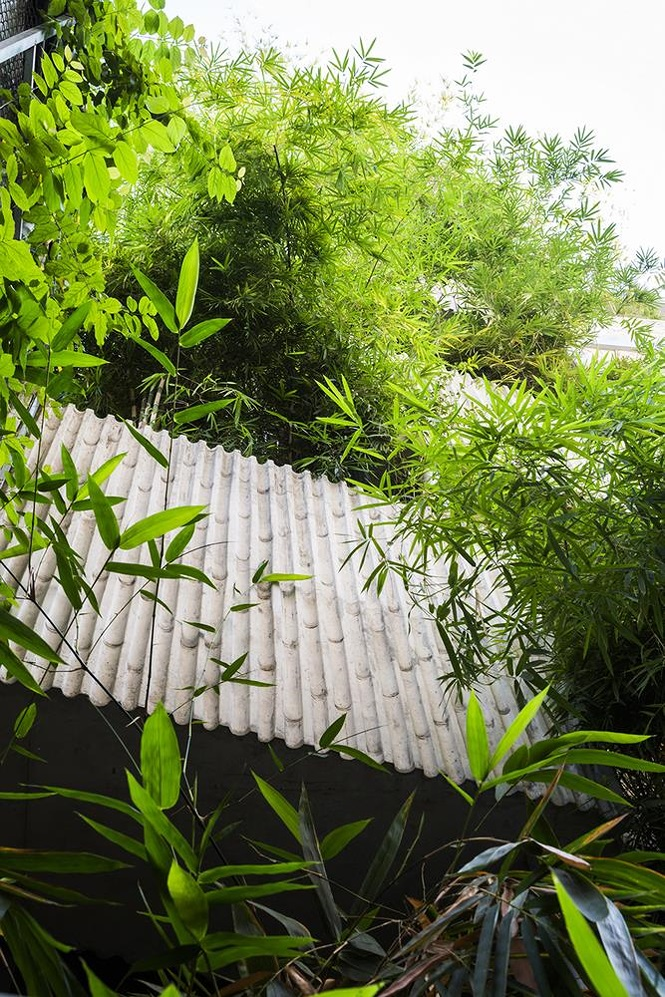 Ngoài mặt tiền, phía sau nhà cũng sử dụng trụ bê tông để trồng tre tạo sự thoáng mát, giảm thiểu việc sử dụng điều hòa vào những ngày nắng nóng.