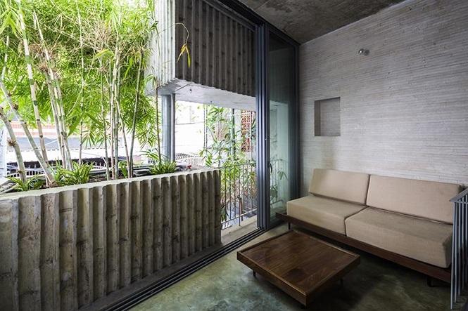 Nhờ có hệ thống tre bảo vệ bên ngoài nên ngôi nhà không cần đóng cửa kể cả vào mùa mưa.