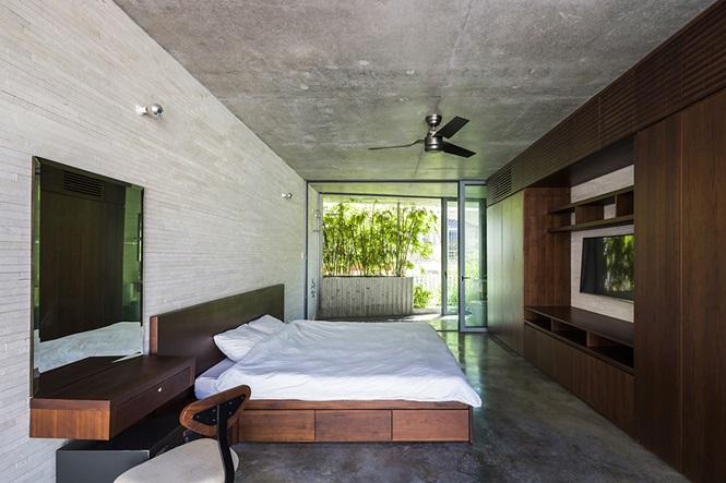 Cửa kính ngăn phòng ngủ với không gian bên ngoài đảm bảo sự riêng tư.