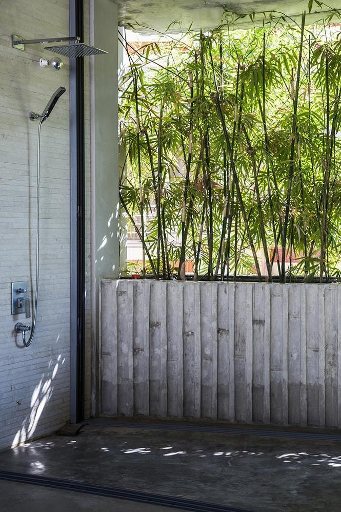 Phòng tắm mở, che chắn bằng hàng rào tre bên ngoài để chủ nhân vừa tắm vừa có thể nghe tiếng chim hót líu lo.