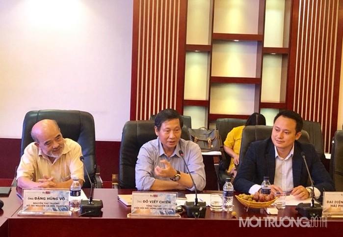 Ông Đỗ Viết Chiến (ngồi giữa), Tổng Thư ký Hiệp Hội Bất động sản Việt Nam