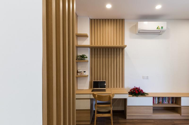 Mảnh đất 72 m2 (4 x18), nhà đông người, nên nội thất được tính toán sao cho ít chiếm diện tích nhất: tủ kệ nằm dưới cầu thang hay được gắn âm tường, cột.