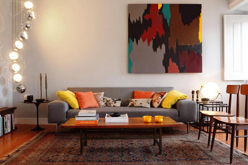 Một bức tranh treo tường với nhiều màu sắc cũng là giải pháp hoàn hảo cho căn phòng khách đơn màu