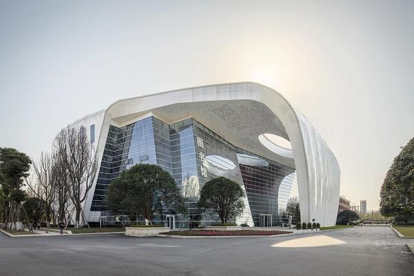 Nhìn một cách hình dung hóa, thư viện có dạng cổng vòm khổng lồ, có các khối nhà đa giác nằm ở bên trong.