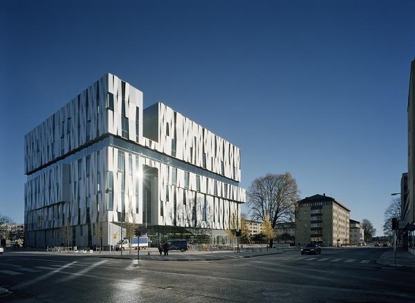 Nhìn một cách hình dung hóa, tòa nhà mang diện mạo kiểu như chắp vá, tơi tả, nhờ cách thiết kế độc lạ không theo một nguyên tắc nhất định nào cả.