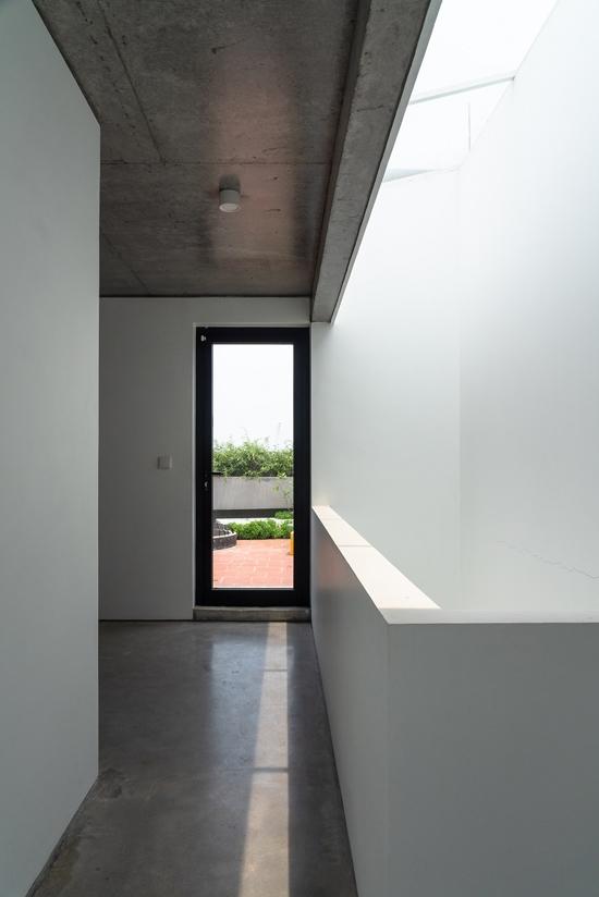 Ngoài khoảng thông tầng phía trước, ngôi nhà còn một khoảng thông tầng phía sau. Diện tích dành cho thông tầng chiếm gần 50% diện tích đất.