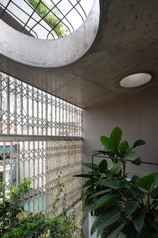 Để tận hưởng tối đa thiên nhiên, một bồn tắm ngoài trời được đặt trên tầng 4, nhưng vẫn kín đáo phía sau tấm mành cửa xếp.