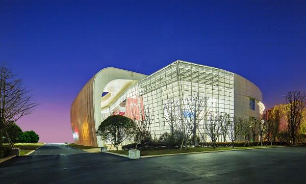 Công trình chủ yếu làm từ nền bê tông, kết hợp với khung sườn thép, đính các lớp áo nhôm chuyên dụng bền vững với thời tiết. Đây là không gian vòng cung mặt tiền thư viện.