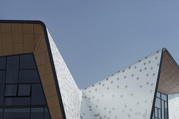 Ý tưởng của các kiến trúc sư là muốn thoát khỏi các mẫu trường mẫu giáo thông trường, hướng tới các thiết kế hình học dạng gấp khúc mới lạ hơn.