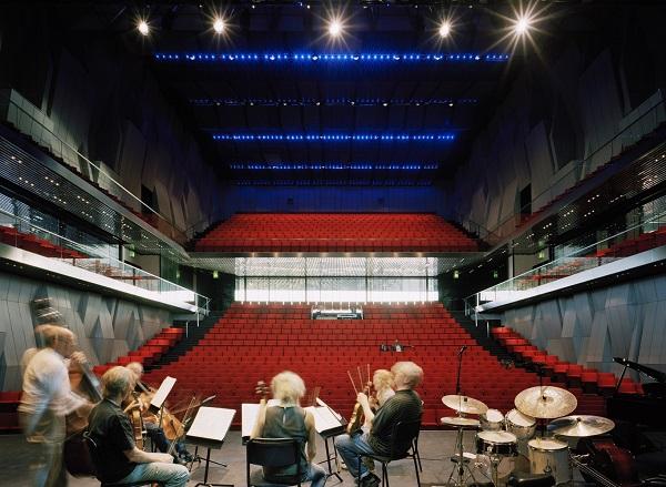 Còn đây là quang cảnh trung tâm sân khấu hòa nhạc với lối thiết kế hai tầng, hệ thống ghế ngồi được bọc bộ da màu đỏ bắt mắt.
