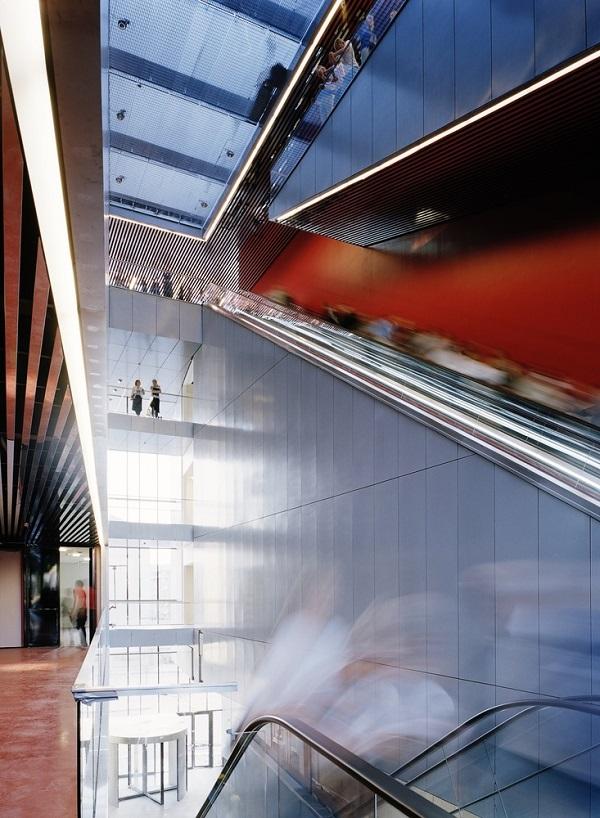 Hệ thống kết nối các tầng chủ yếu vận hành qua thang máy và thang cuốn.