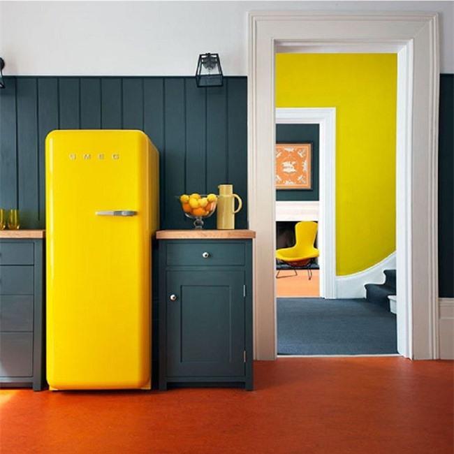 Màu xanh đậm với màu vàng neon là một sự kết hợp tuyệt vời để trang trí nhà