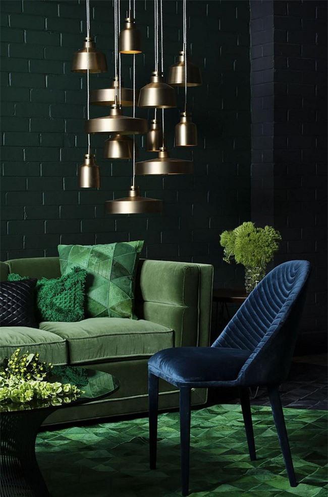 Một phòng khách tinh tế với màu xanh đậm, ngọc lục bảo và hải quân cộng với cụm đèn mặt dây bằng đồng
