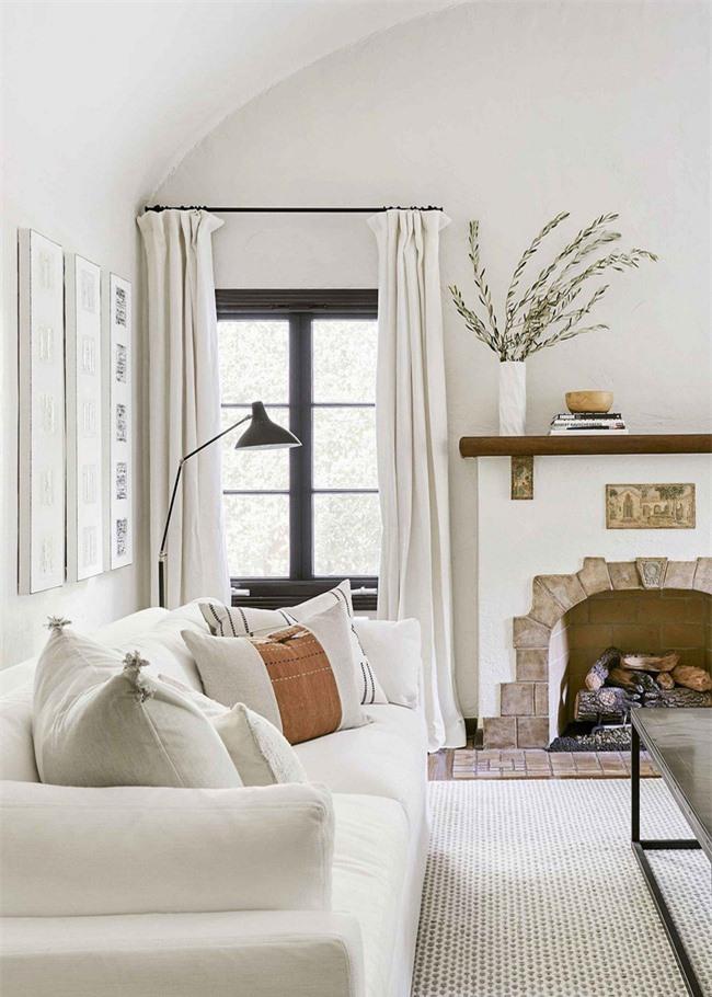 Một phòng khách lấy cảm hứng từ Tây Ban Nha những năm 1920 với các lớp trung tính được thực hiện theo tông màu tương tự