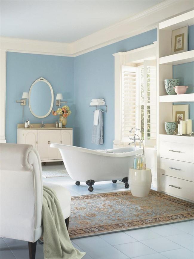 Màu ngà làm sắc thái chính, màu xanh lam là màu phụ và một số màu nâu để tạo nên một phòng tắm tươi mát