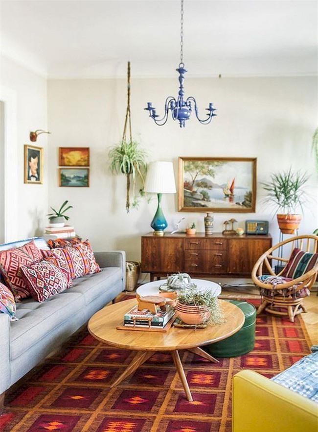 Phong cách boho giúp phòng khách hiện đại với những chiếc gối in sáng, một tấm thảm và đồ nội thất đầy màu sắc