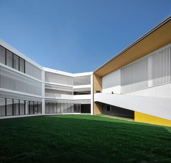 Toàn bộ công trình chủ yếu giữ màu nhạt và phần lớn là đơn sắc, gồm màu xám, bạc và màu trắng.