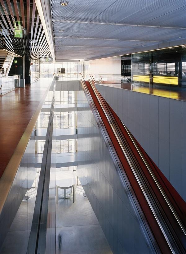 Hệ thống mặt sàn đỏ cũng đối lập với các bức tường ốp màu trắng xám mới lạ.