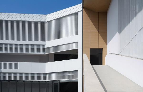 Các cửa sổ bằng gỗ màu trắng che chắn các hành lang này khỏi ánh sáng mặt trời khắc nghiệt chiếu vào.