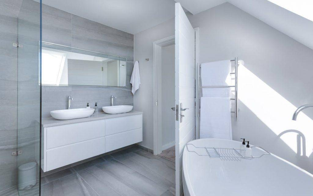 Mạnh dạn thay thế những chiếc gương nhỏ trong phòng tắm thành chiếc gương lớn nhé!