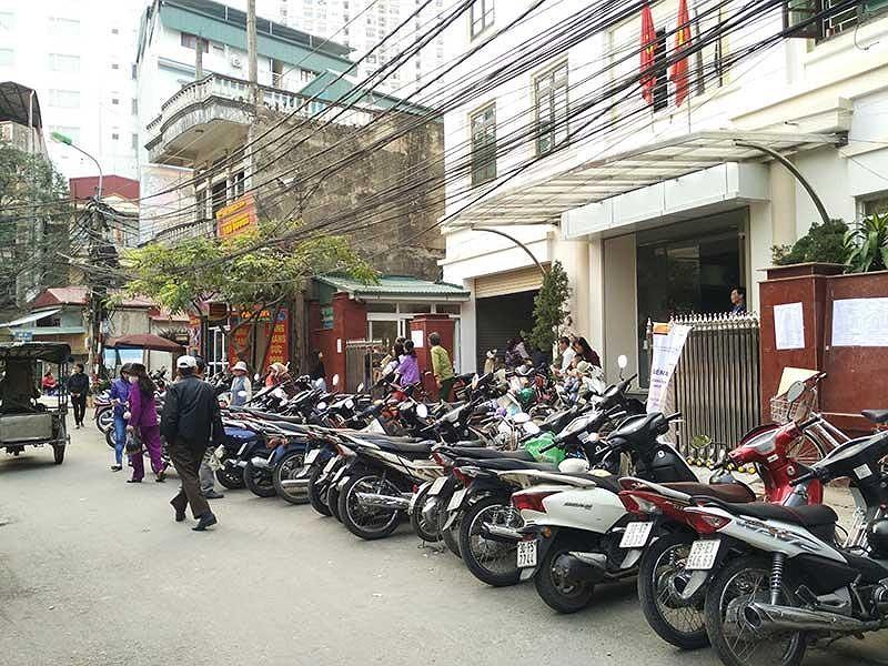 Thiếu bãi đỗ xe, Hà Nội phải tận dụng lòng đường để làm chỗ gửi xe cho người dân. Ảnh: TRỌNG PHÚ