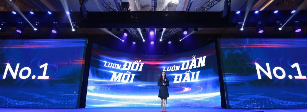 Bà Ngô Thị Yến Vân - Đại diện thương hiệu Dulux giới thiệu các sản phẩm mới