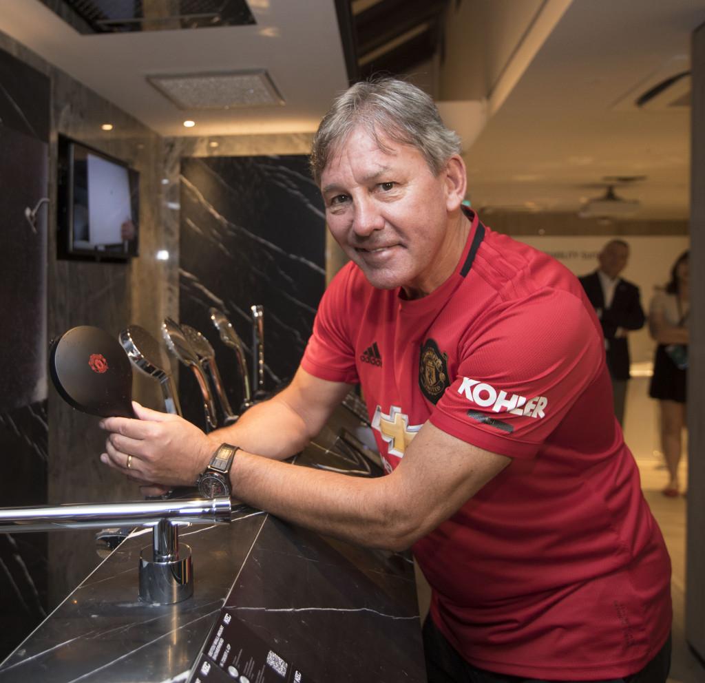 Bryan Robson, cựu cầu thủ và huyền thoại bóng đá Manchester United, đến tham dự lễ kỷ niệm đặc biệt này (2)