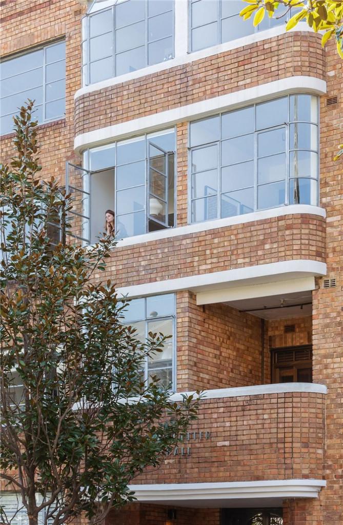 Tường gạch bên ngoài của tòa nhà chứa căn hộ nhỏ ở Sydney