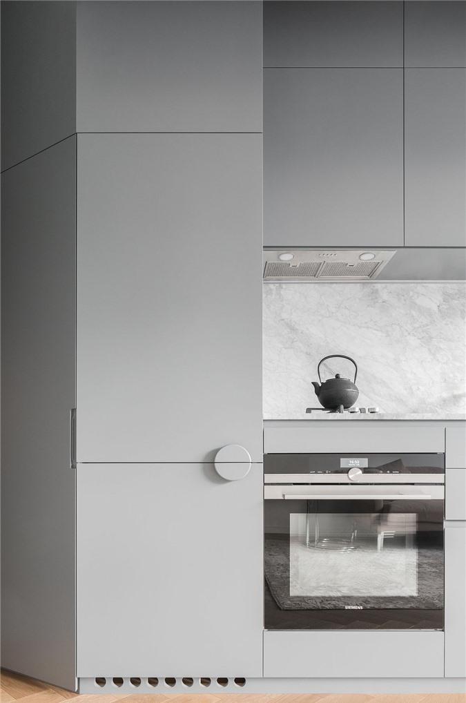 Nhà bếp kết hợp màu trắng, xám và có nhiều chất liệu gỗ được bài trí