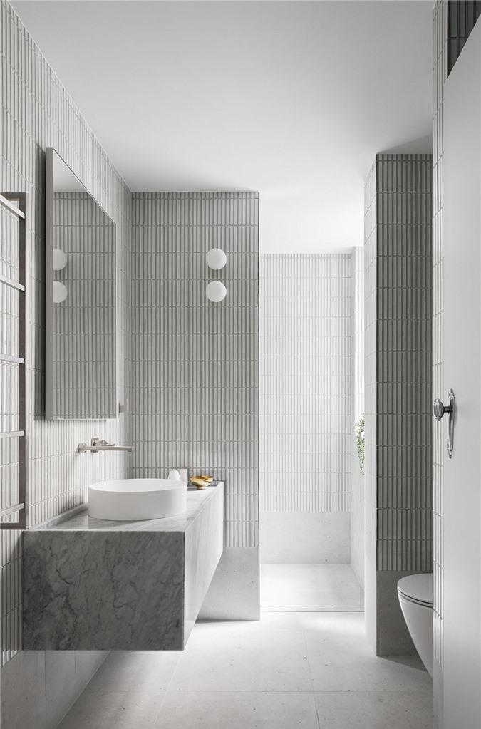 Phòng tắm màu xám và trắng với ánh sáng tự nhiên rộng rãi