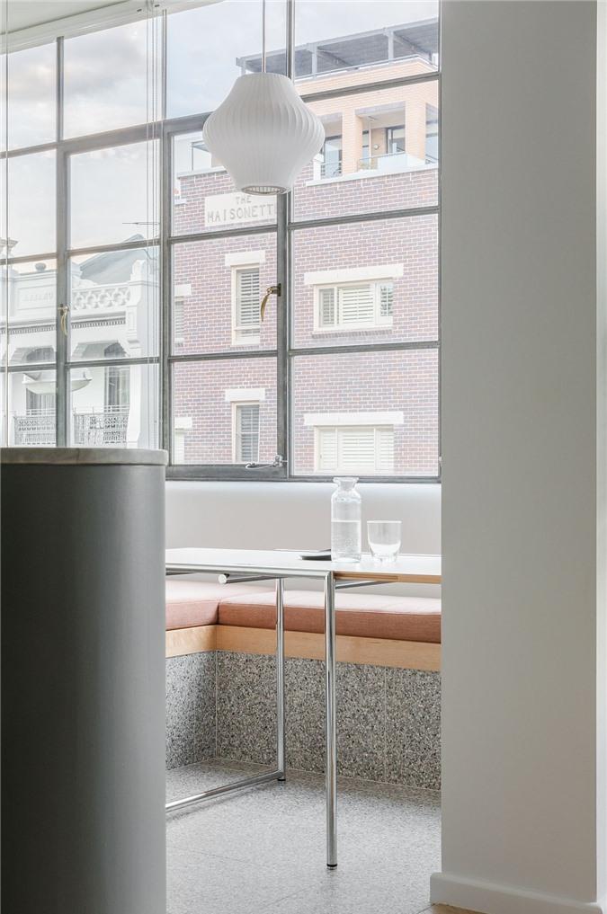 Nhiều cửa sổ và đèn mặt dây chuyền thông minh tạo thêm ánh sáng vào bên trong
