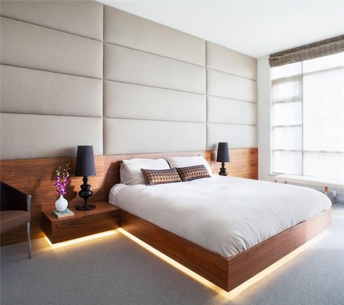 Giường ngủ gỗ tự nhiên cùng với ánh đèn vàng càng làm tăng thêm sự ấm cúng, dễ chịu của căn phòng ngủ này