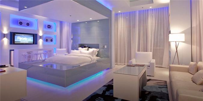Một gợi ý tuyệt vời cho những ai thích một căn phòng ngủ all white mà vẫn nổi bật bằng việc sử dụng ánh sáng đèn led màu xanh
