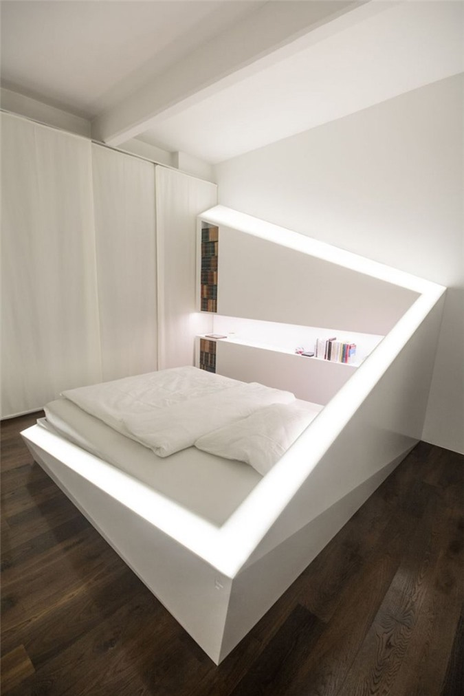 Nhờ có hệ thống đèn led được đặt bao quanh mà chiếc giường ngủ đơn điệu bỗng nổi bật hơn nhiều