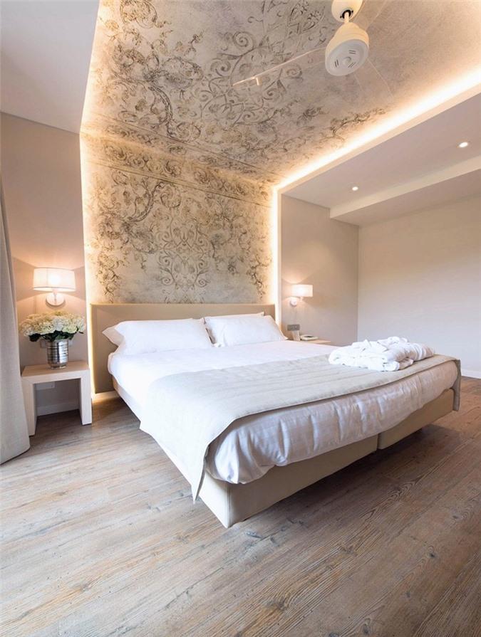 Bạn cũng có thể lắp đèn led từ đầu giường đến trần nhà. Với cách làm này, bạn đừng quên trang trí cho bức trần nhà thật đẹp mắt nhé.