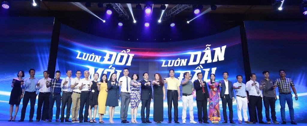 Đại diện AkzoNobel và các nhà phân phối nâng ly chúc mừng lễ ra mắt