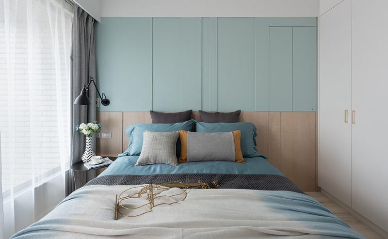 Trong phòng ngủ chính tường đầu giường sơn màu xanh xám tạo ra một bầu không khí nhàn nhã