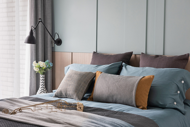 Đèn màu đen đặt cạnh giường để phục vụ nhu cầu đọc sách trước khi ngủ