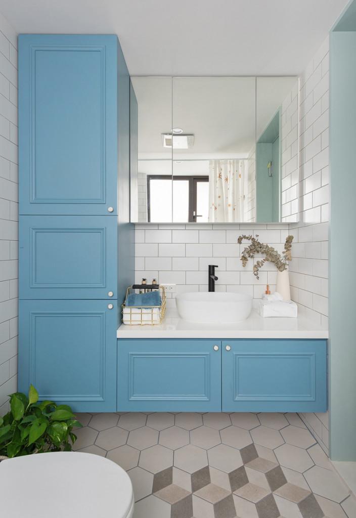 Xanh và trắng là hai màu sắc chủ đạo trong phòng tắm tạo sự đơn giản nhưng không nhàm chán