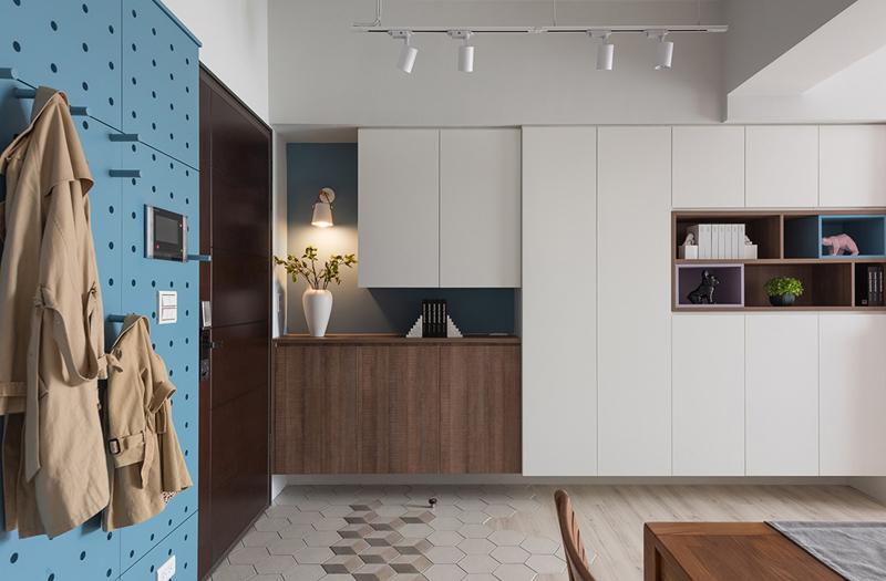 Hệ thống tủ âm tường màu trắng là nơi cất giữ các vật dụng ít dùng đến trong nhà, vừa kín đáo vừa thuận tiện, lại chiếm ít không gian