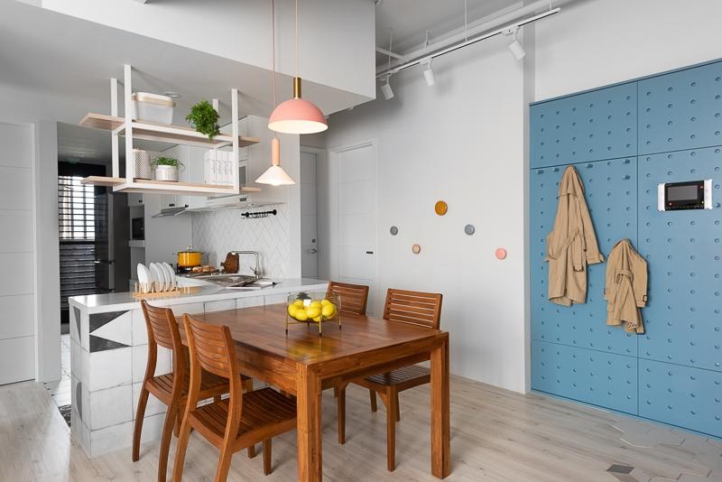 Bộ bàn ghế ăn bằng gỗ, là nơi các thành viên quây quần bên nhau vào mỗi bữa cơm gia đình