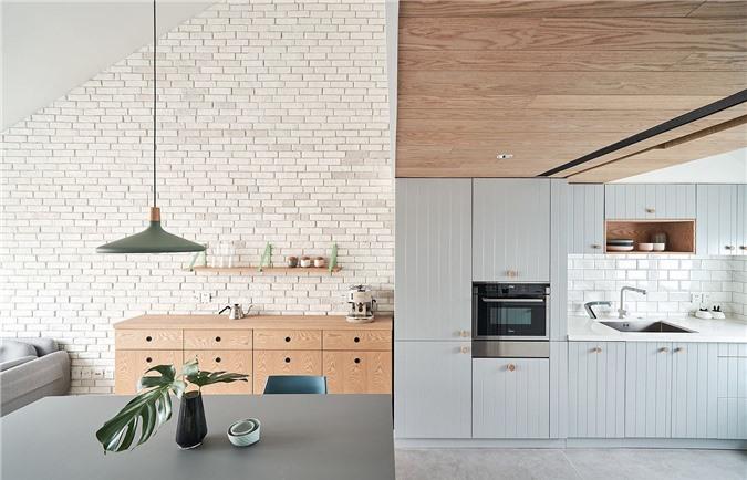 Chất liệu gỗ và gạch phong hóa trên tường tạo thêm cảm giác ấm áp cho nội thất căn hộ