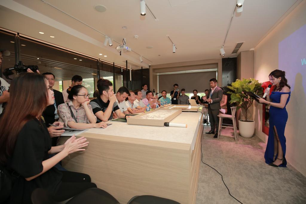 Các đại biểu tham dự buổi khai trương và hội thảo