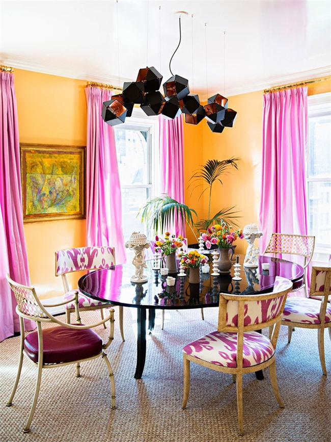Căn phòng ăn của gia đình trông vô cùng ấn tượng nhờ sự kết hợp màu sắc khéo léo