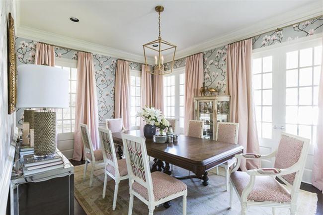 Bộ rèm cửa màu hồng phấn được sử dụng vừa để tạo điểm nhấn vừa giúp làm tăng nét thanh lịch của căn phòng